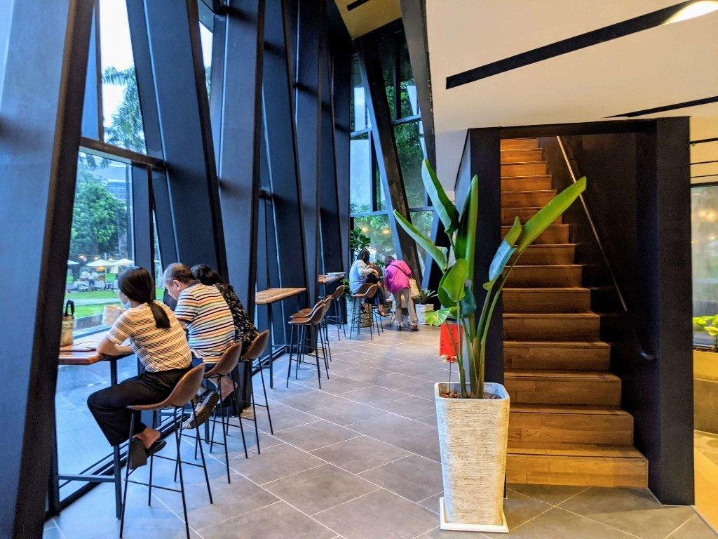 屏東總圖 春若咖啡2樓樓梯
