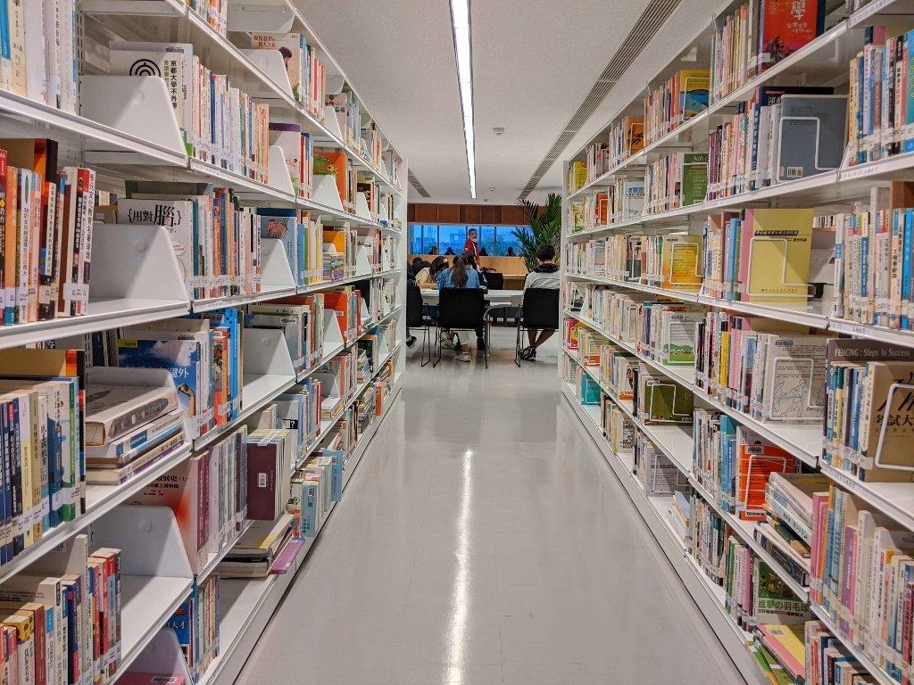 屏東總圖二樓閱讀區