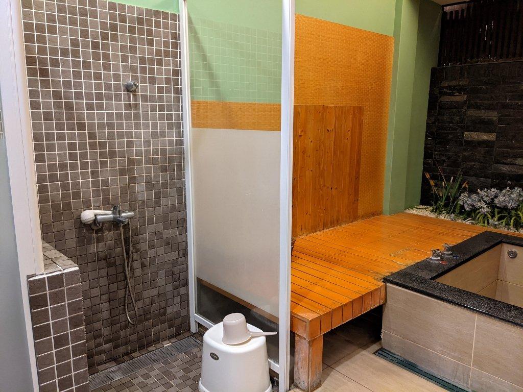 四重溪清泉溫泉會館湯屋內淋浴區