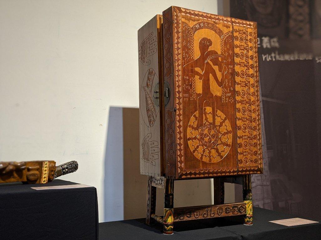 巴義成木雕作品_祖母的CD箱木箱