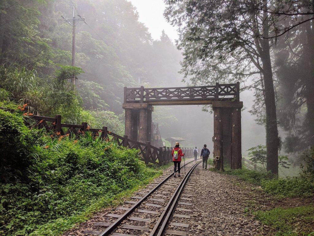 眠月線走在鐵軌上