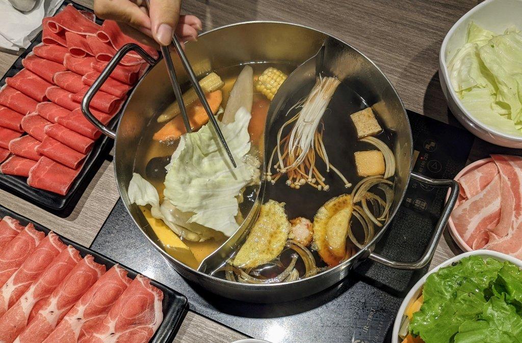 秋風軒MINI 屏東環球店 餐桌上的火鍋封面照