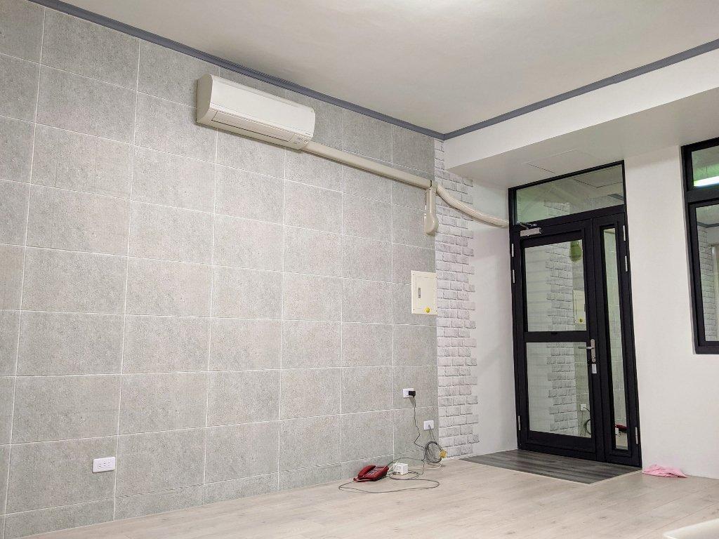 客廳改建日記|Costco高擬真水貼自黏壁紙 禾雅超耐磨木地板