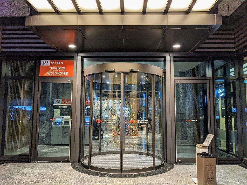 傑仕堡商旅板橋館 大廳外旋轉門