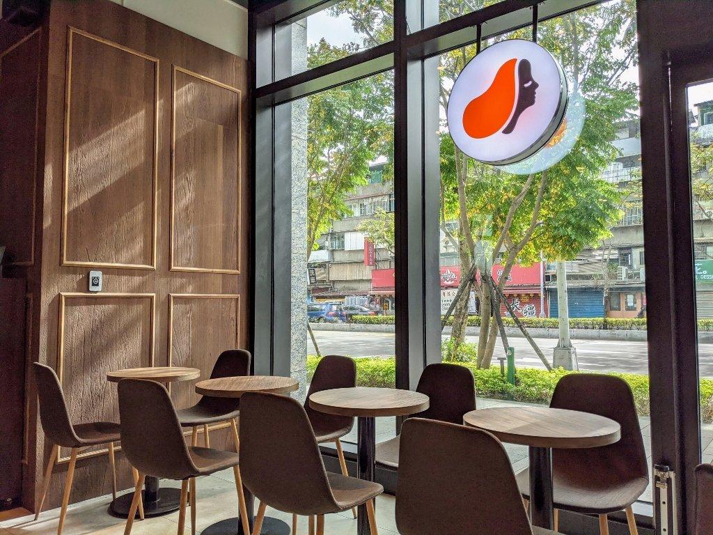 傑仕堡商旅板橋館 路易莎咖啡店內環境