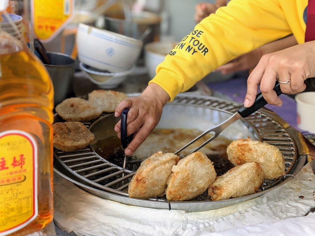 二林肉圓壽 油炸中的肉圓