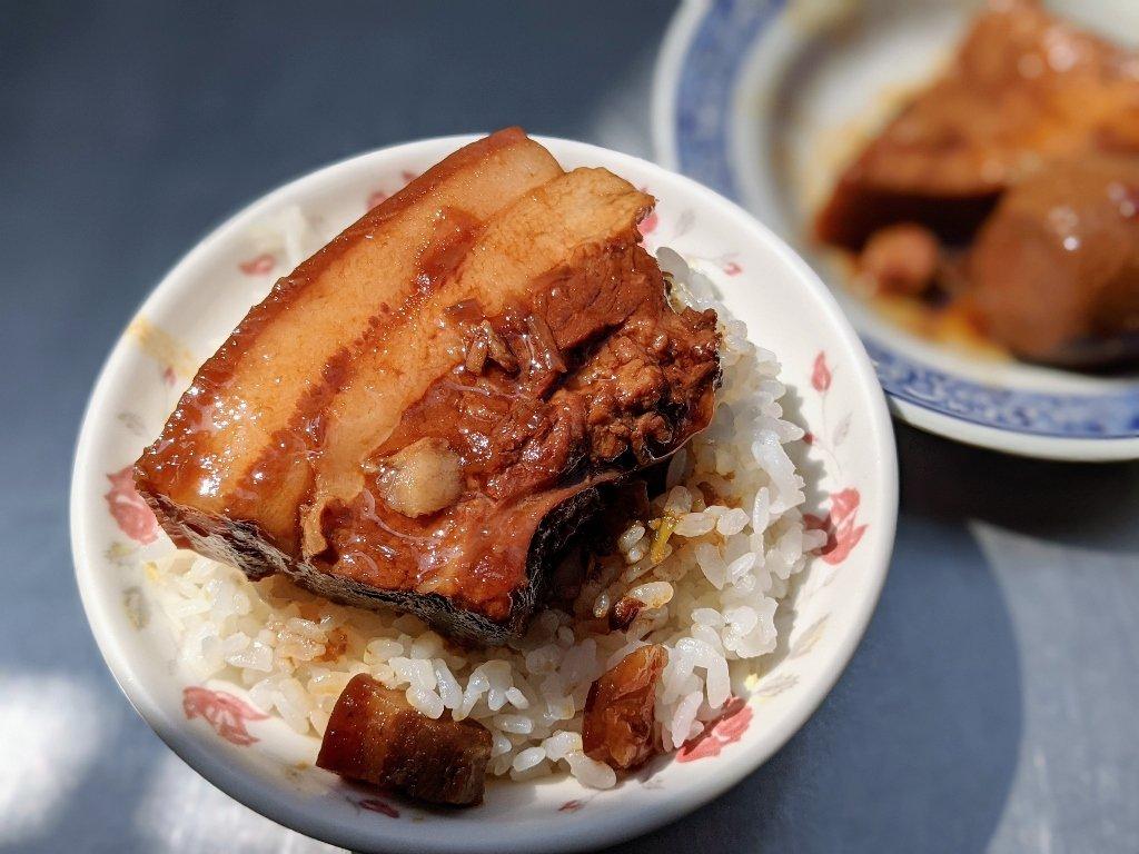 二林陽光老店爌肉飯 油亮的爌肉飯