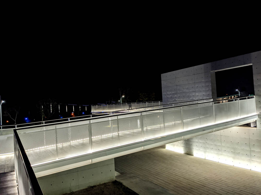 屏東縣民公園新景點 造紙廠遺址大改造,斑駁城牆裡的鋼構世界、超美夜景鏡面水池 3