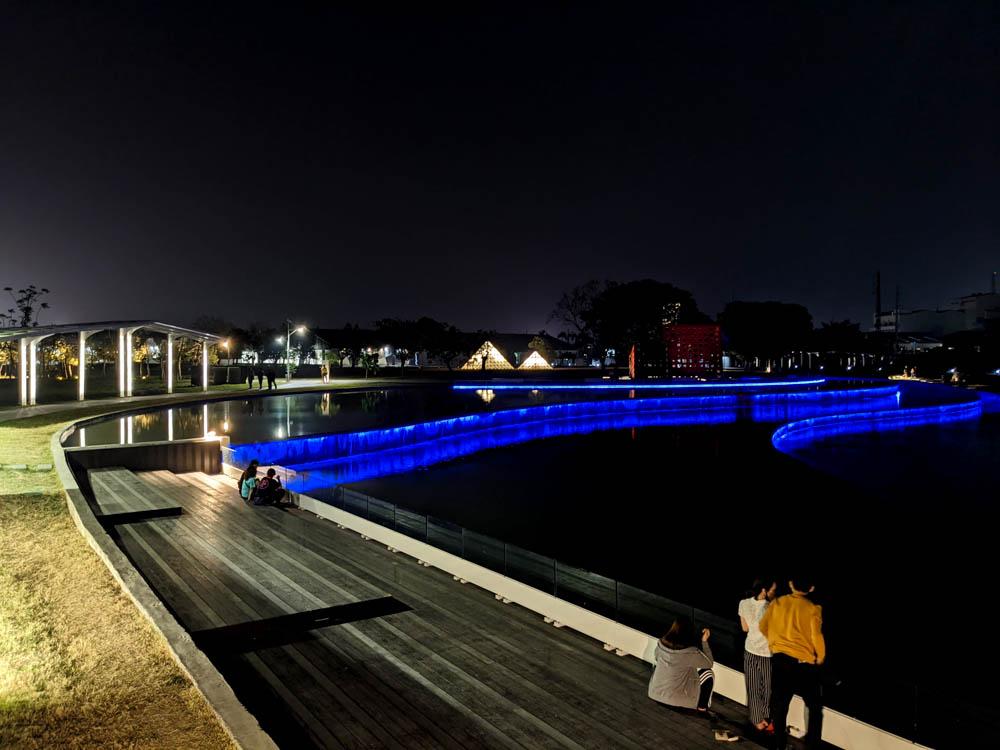 屏東縣民公園新景點|造紙廠遺址大改造,斑駁城牆裡的鋼構世界、超美夜景鏡面水池 4
